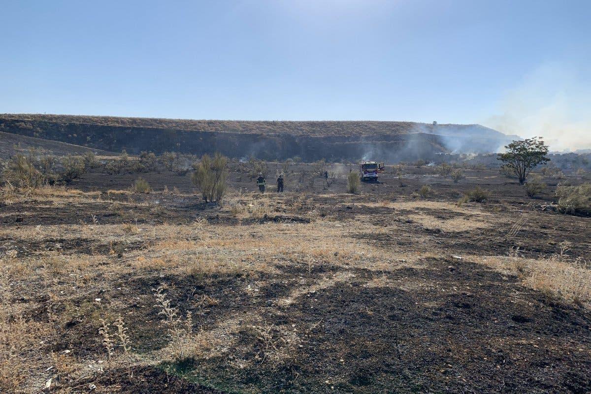 Desalojan una granja de caballos por un incendio de pastos en la Cañada Real