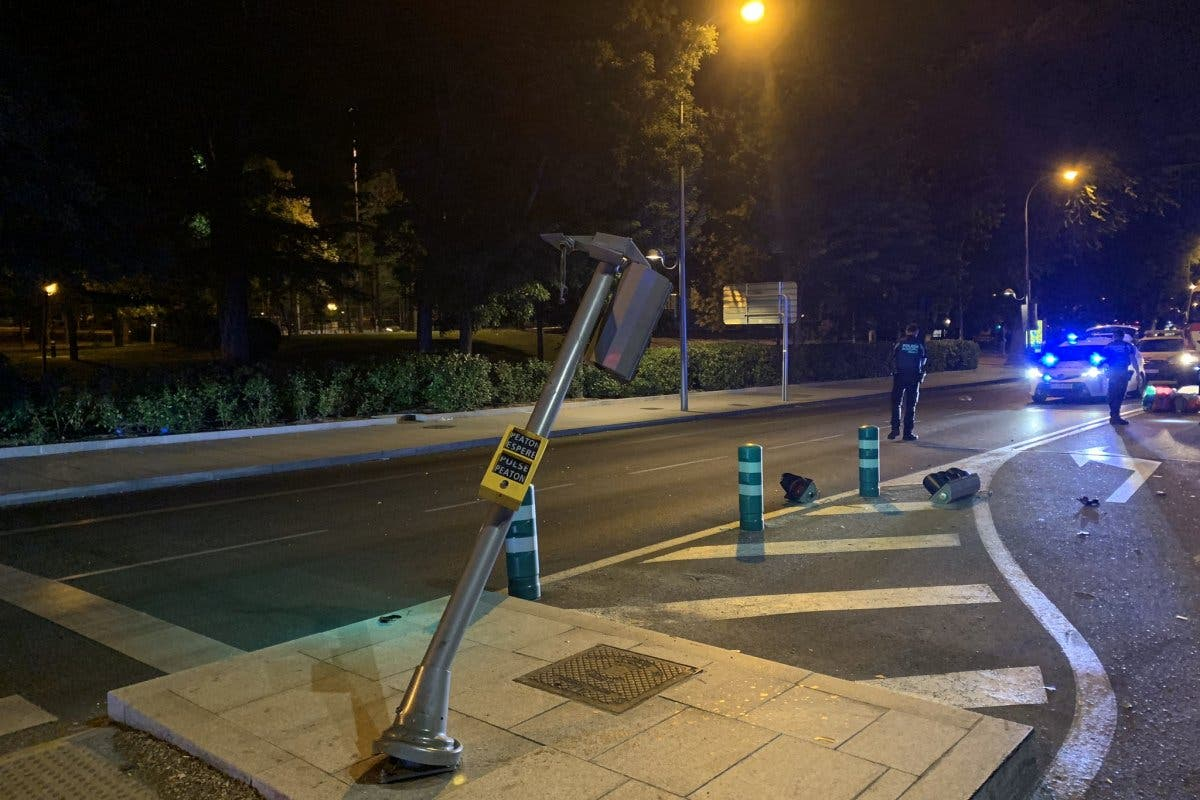 Muere un motorista de 25 años en Madrid tras chocar contra un semáforo