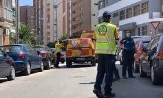 Muy grave al caer desde un cuarto piso mientras limpiaba las ventanas en Ciudad Lineal