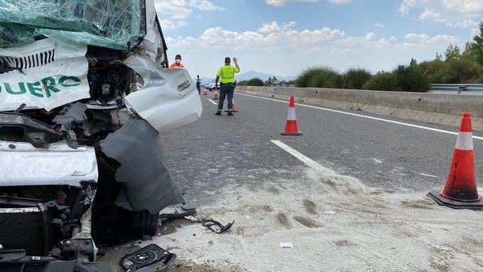 Muere el conductor de una furgoneta al chocar contra un camión en la A1