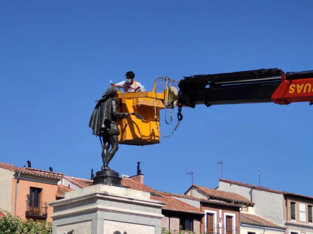 Alcalá de Henares realiza labores de mantenimiento de la estatua de Cervantes