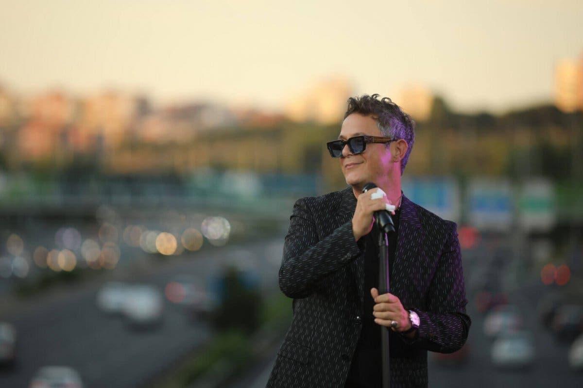 Alejandro Sanz ofrece un concierto sorpresa en un puente de la M-30