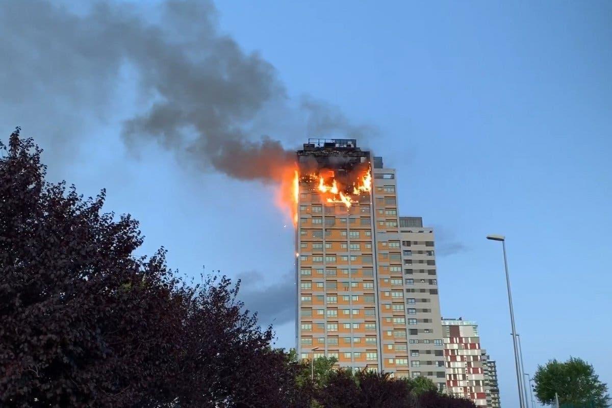 Espectacular incendio sin heridos en un edificio de Hortaleza