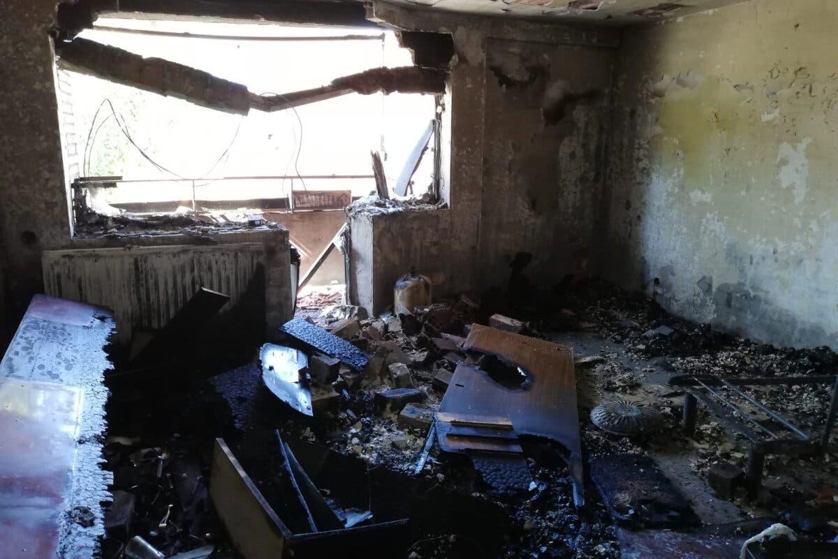 Ordenan el realojo de dos plantas del edificio incendiado en Guadalajara