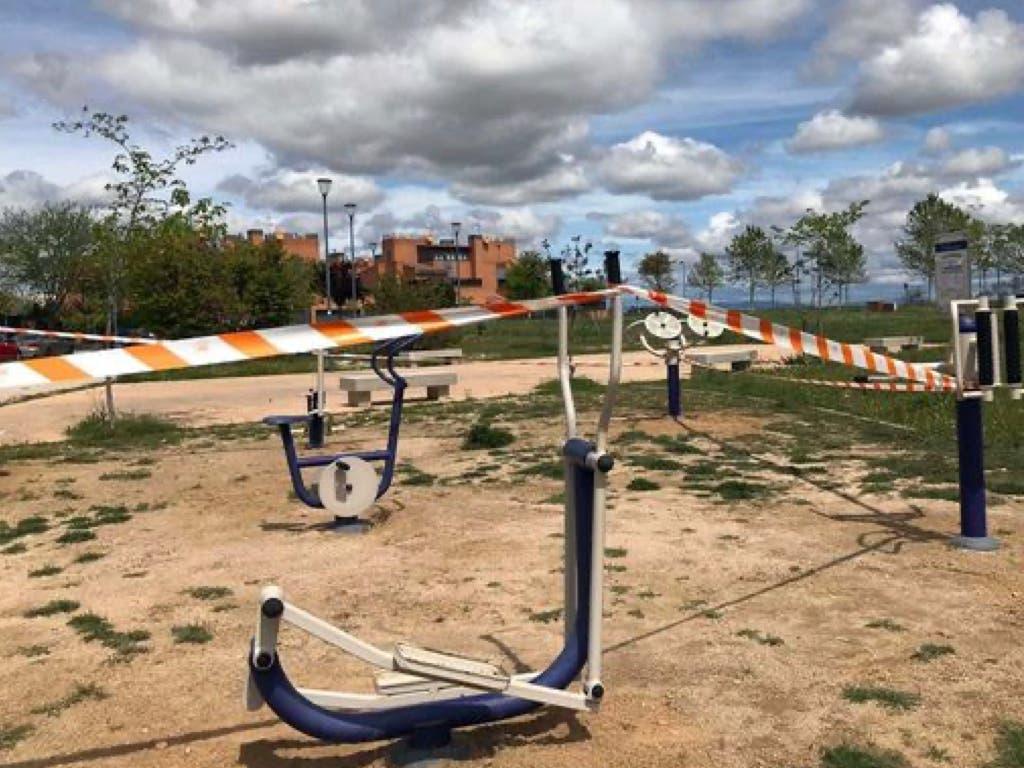 Paracuellos cierra zonas infantiles y deportivas y prohíbe la estancia en los parques