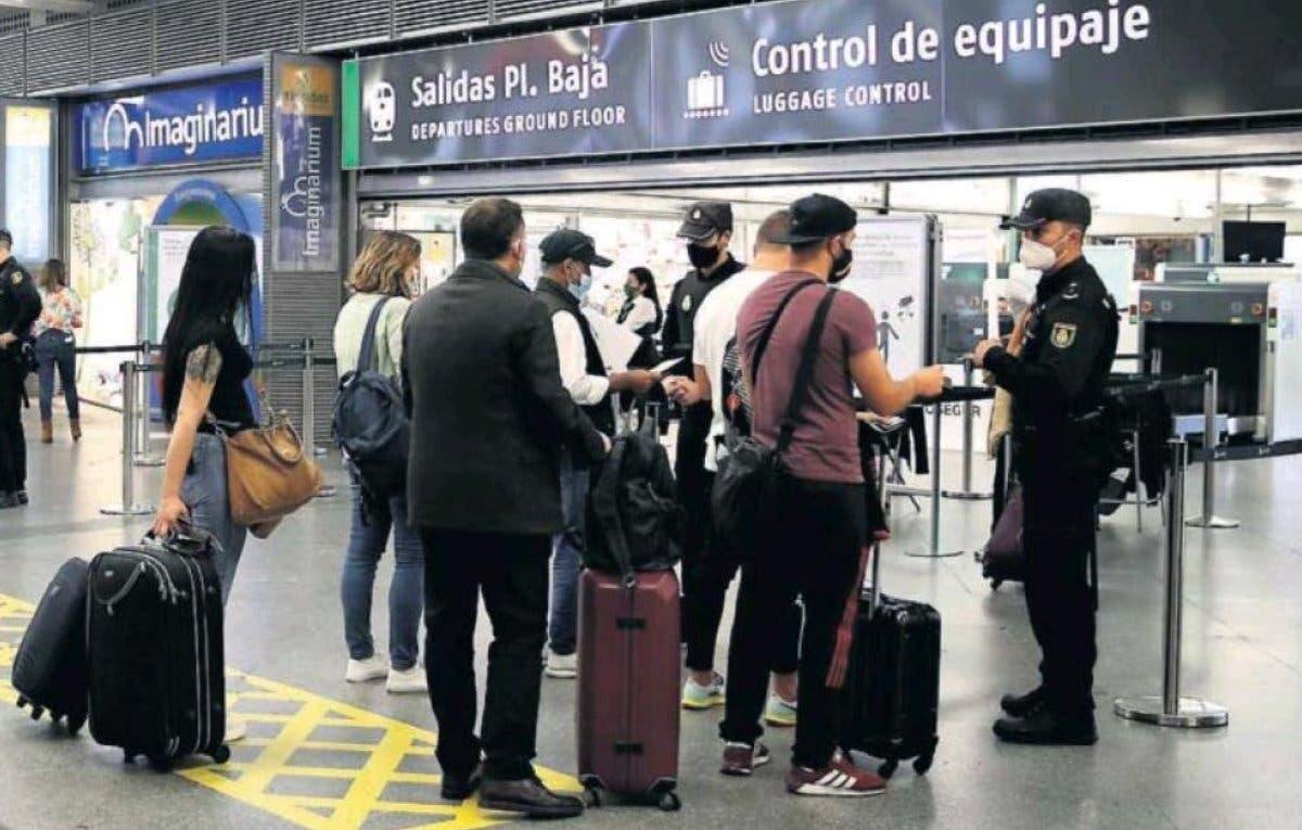 Continúan los controles de Sánchez en carreteras, estaciones y Barajas por el estado de alarma