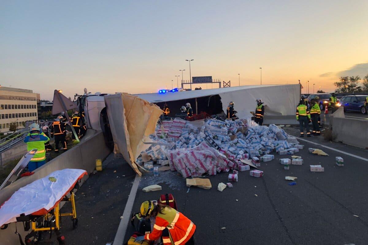 El complicado rescate de un camionero herido tras volcar en la M-50