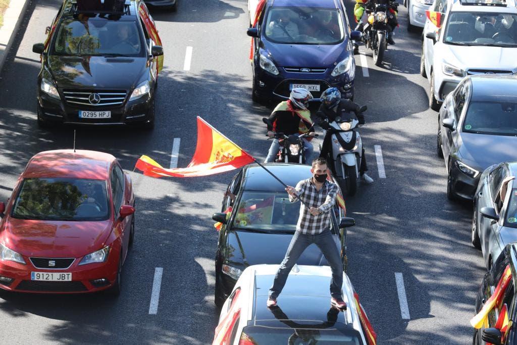 La caravana de Vox llena las calles de Madrid contra el estado de alarma