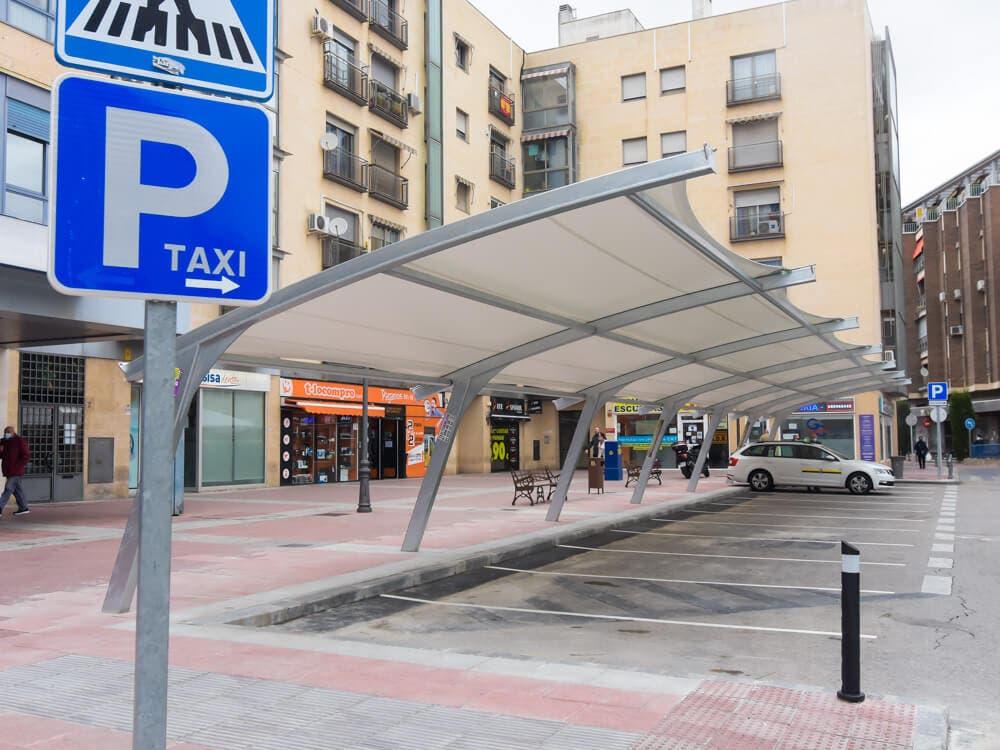 Torrejón de Ardoz instala una nueva pérgola en la parada central de taxis