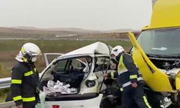 Muere un conductor al chocar contra un camión en Torres de la Alameda