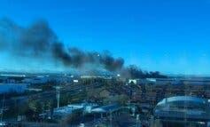 Gran columna de humo por un incendio en una nave de Alcalá de Henares
