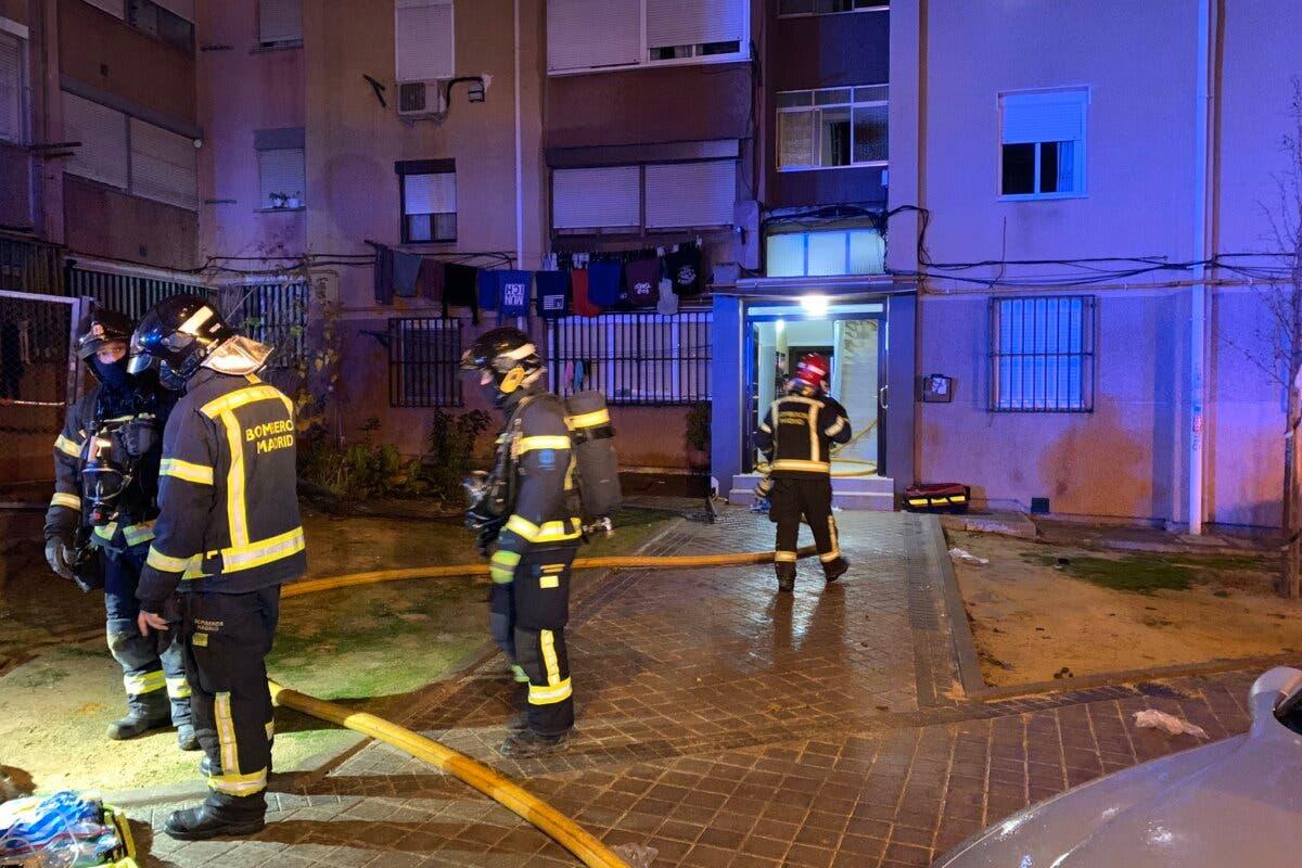 Un hombre se tira por la ventana para huir de un incendio en Madrid