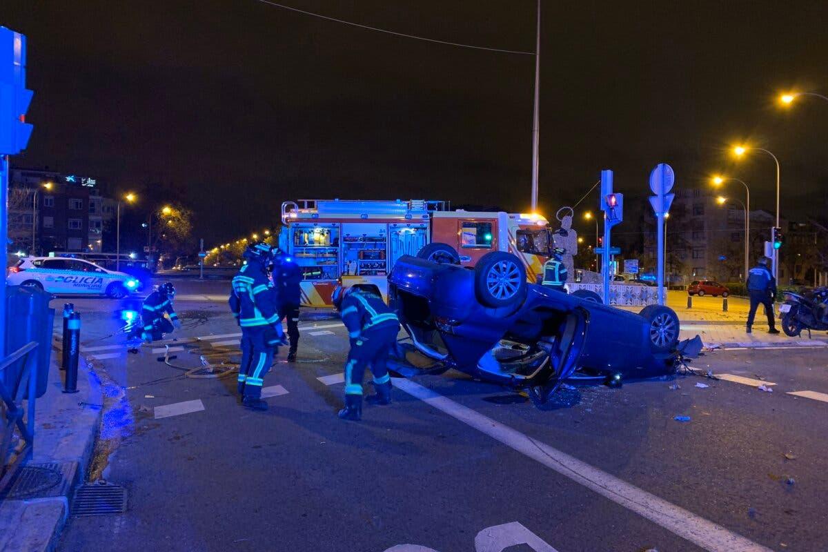 Herido tras perder el control de su coche y volcar en Madrid
