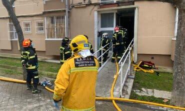 Un incendio en Moratalaz deja 17 intoxicados y un herido grave al precipitarse desde un cuarto piso