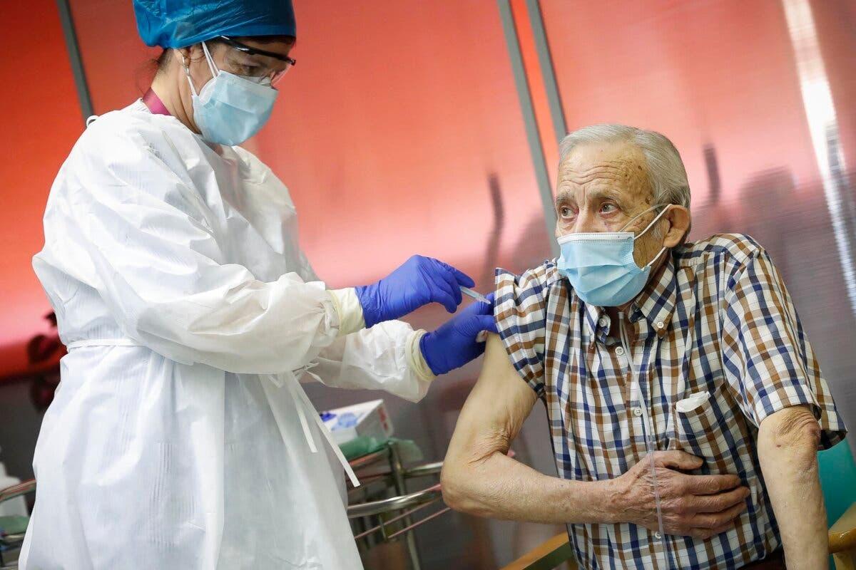 Nicanor, de 72 años, primer madrileño vacunado contra la Covid-19