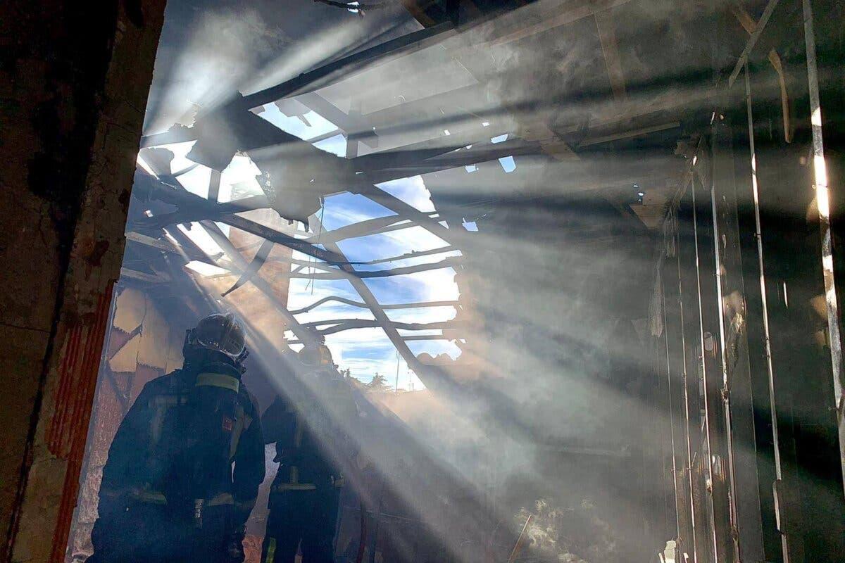 Un incendio destroza la buhardilla de una vivienda en Alcalá de Henares