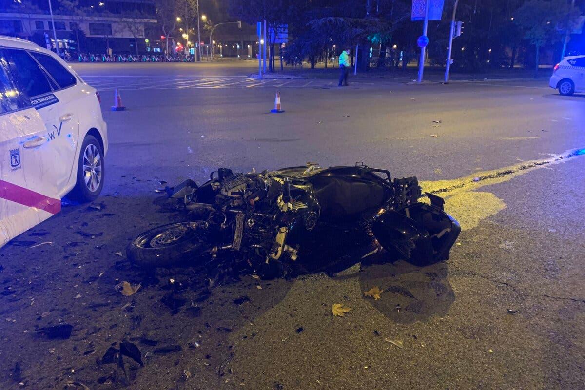 Herido grave un motorista tras colisionar contra un taxi en la Castellana