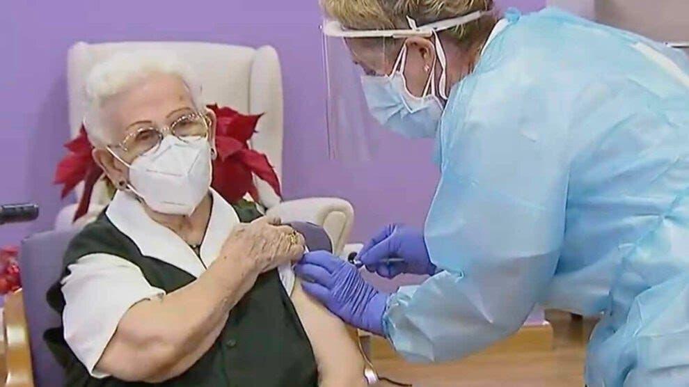 Guadalajara: Araceli, de 96 años, primera persona vacunada contra la Covid-19 en España