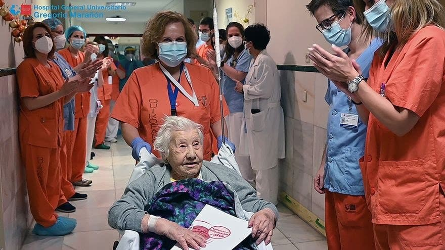 Elena, de 104 años, recibe el alta en Madrid tras superar el coronavirus