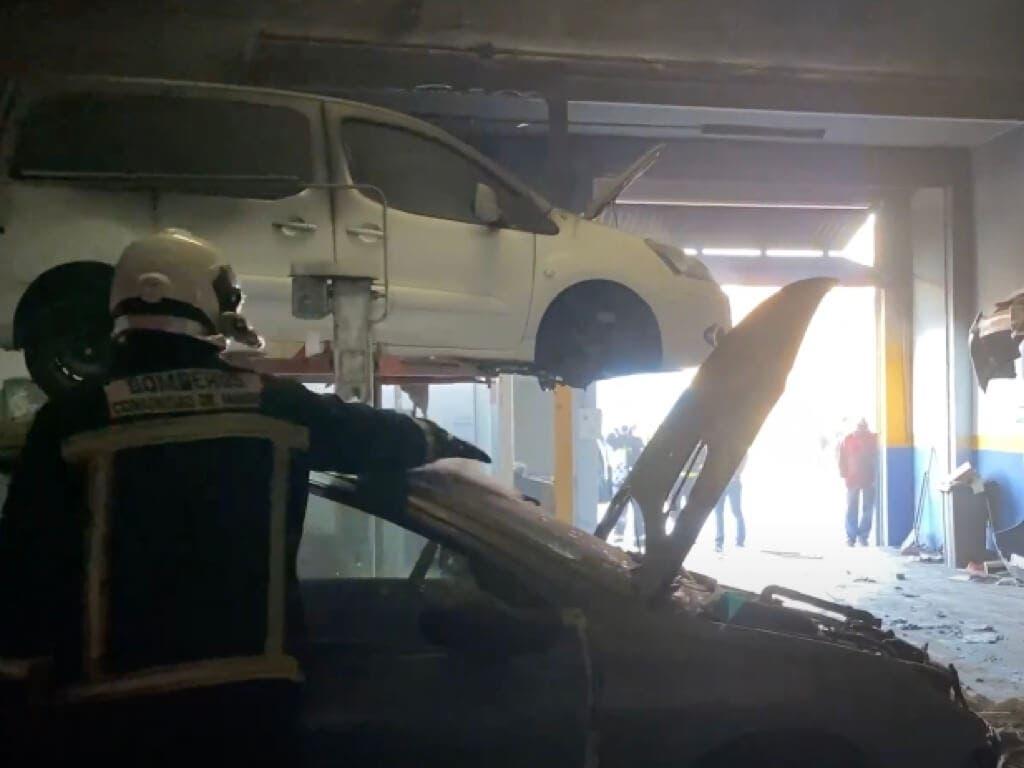 Aparatoso incendio en un taller mecánico de Torrejón de Ardoz