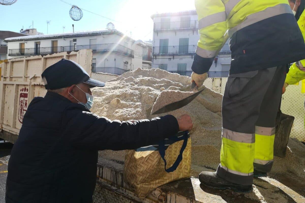 Arganda comienza a entregar sal y Coslada habilita nuevos puntos de reparto