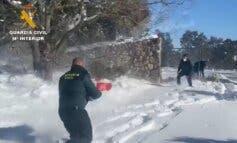 La Guardia Civil lleva alimentos en helicóptero a personas aisladas por la nieve en Guadalajara