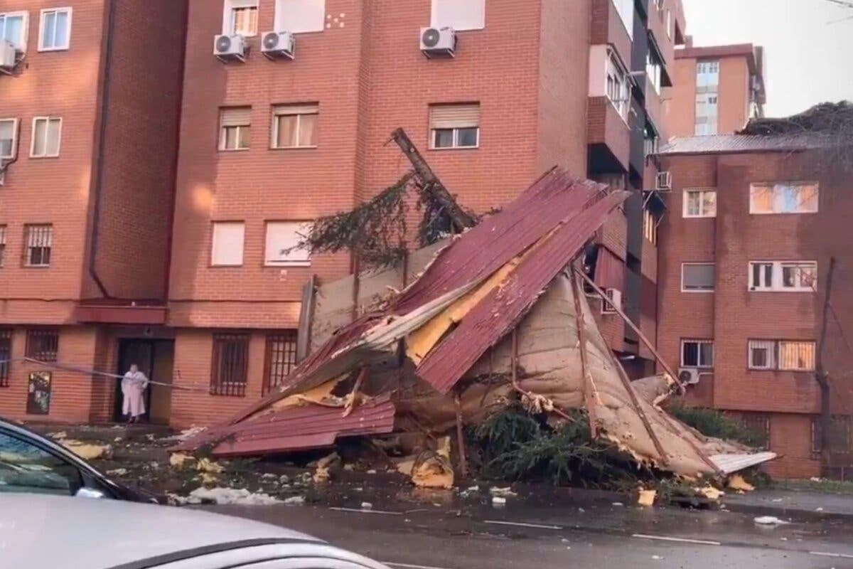 El viento arranca la cubierta de un edificio en Vallecas