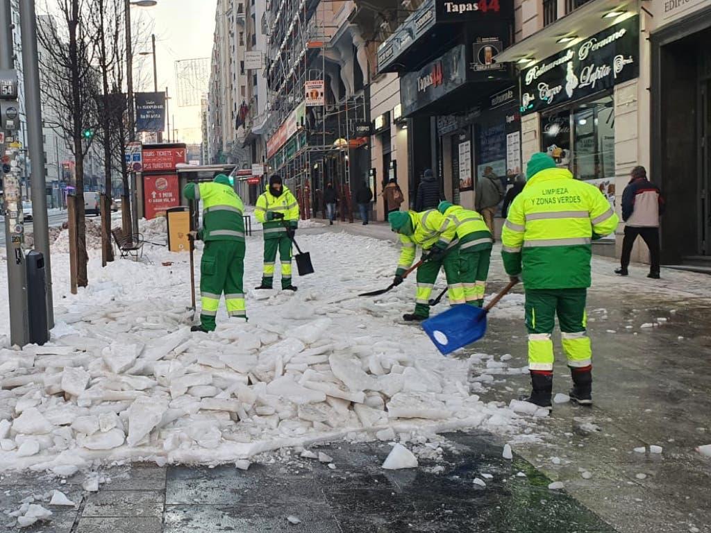 Almeida contrata a 1.200 operarios de refuerzo para quitar el hielo de las aceras
