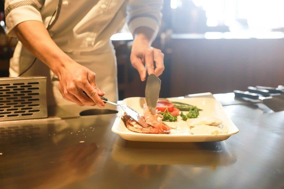 Los bares y restaurantes madrileños podrán realizar entregas a domicilio hasta las 00:00 horas