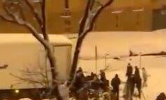 Vecinos del Ruedo de Moratalaz saquean un tráiler cargado de comida en plena nevada