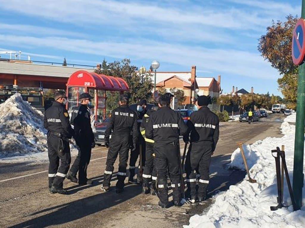 La UME se despliega en Villalbilla para ayudar a retirar la nieve