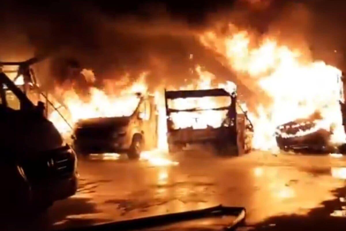 Incendio con varias explosiones en una empresa de caravanasen Alcalá de Henares