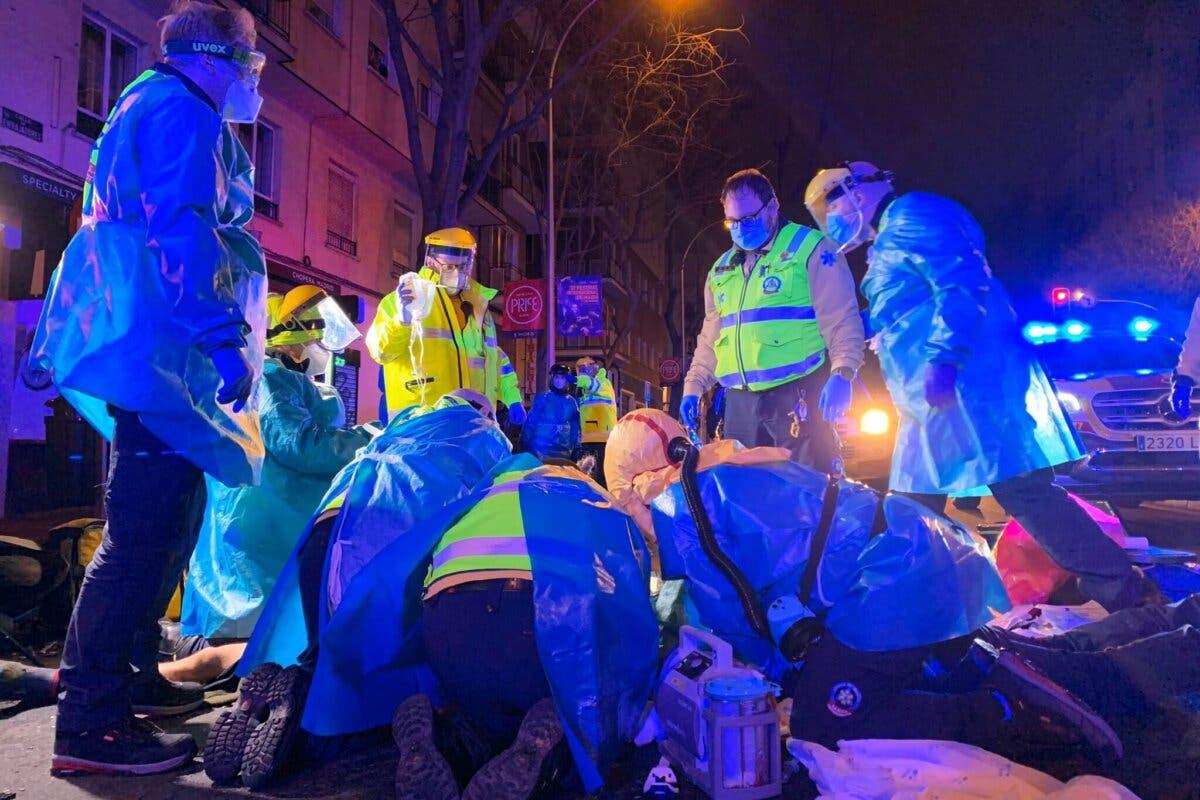 Muere un repartidor en moto al chocar contra un camión de la basura en Madrid