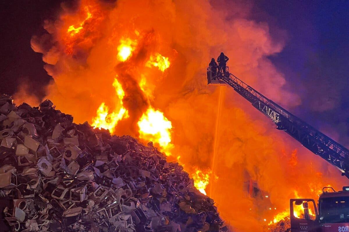 Un incendio calcina cerca de 10.000 metros cúbicos de lavadoras de una chatarrería en Leganés