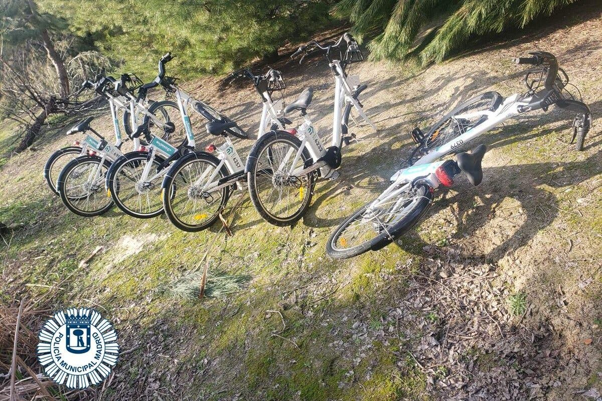 Detendos dos menores que estaban desguazando bicicletas de BiciMAD en un parque de Moratalaz