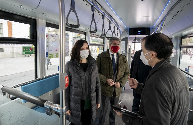 Ayuso presenta el primer autobús de hidrógeno que circulará en España
