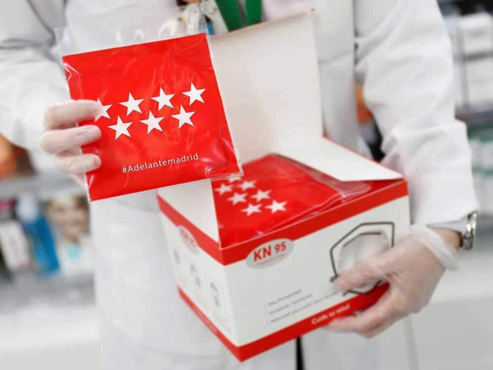 Los mayores madrileños ya pueden recoger la segunda mascarilla FFP2 gratuita en las farmacias