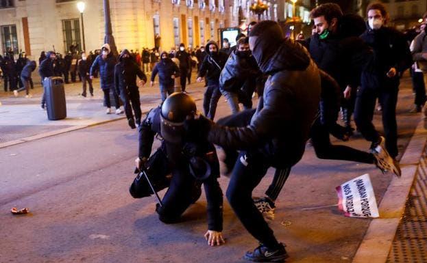 19 detenidos y 35 policías heridos en los disturbios por Hasel en Madrid alentados por Podemos
