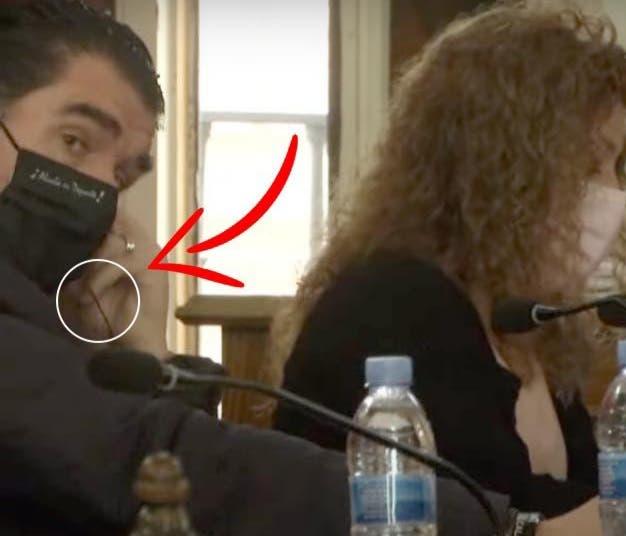 Pillan al portavoz del PSOE de Alcalá de Henares con los cascos puestos durante el pleno feminista