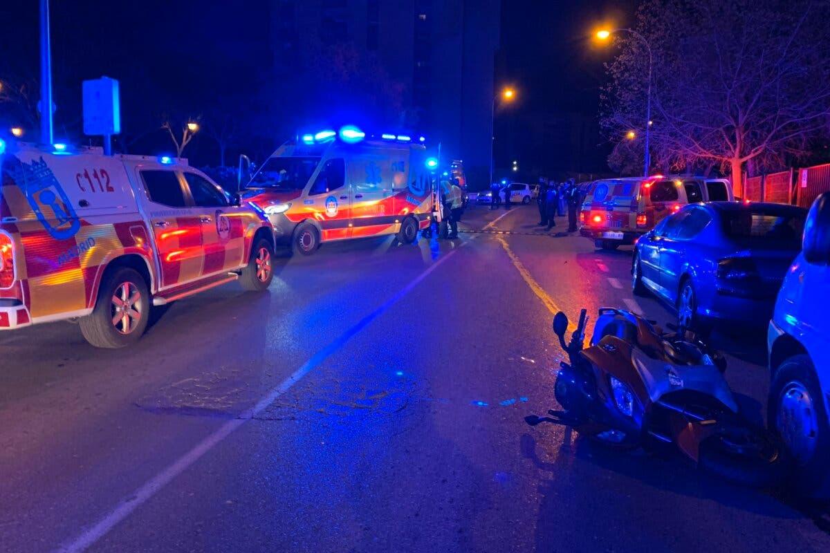 Grave un motorista tras chocar contra un vehículo aparcado y salir despedido varios metros en Madrid