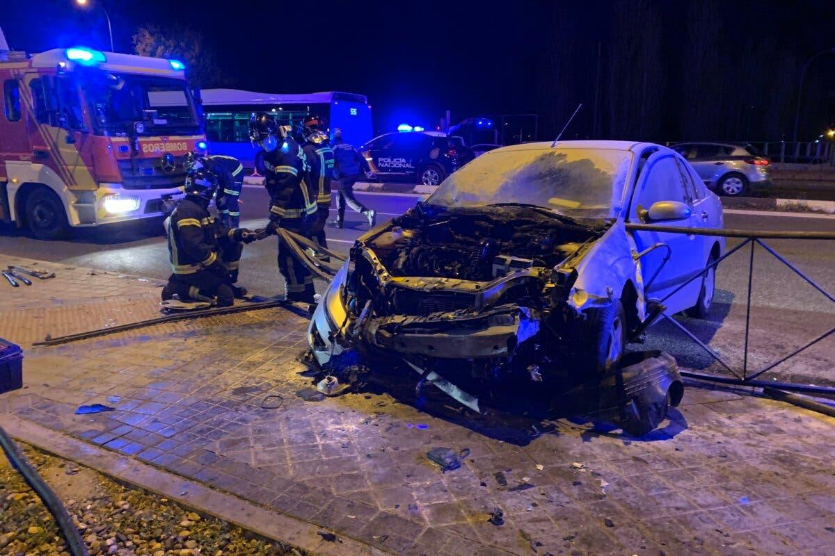 Sale ileso tras arder su coche después de chocar contra una valla en Madrid