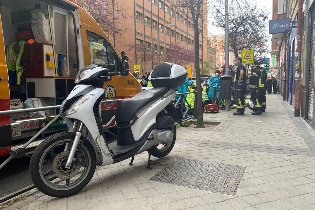 Muy grave un motorista de 25 años tras chocar contra un coche en Madrid