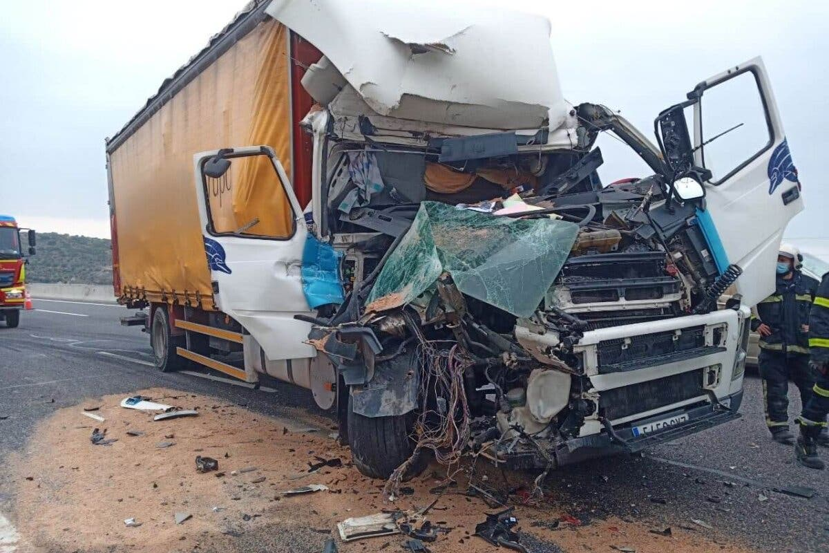 Aparatoso accidente entre dos camiones en Arganda del Rey
