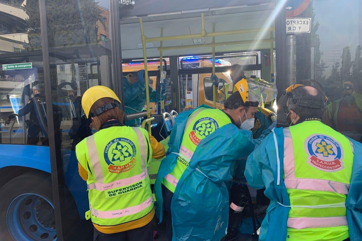 Herida grave una mujer tras ser apuñalada en un autobús de la EMT