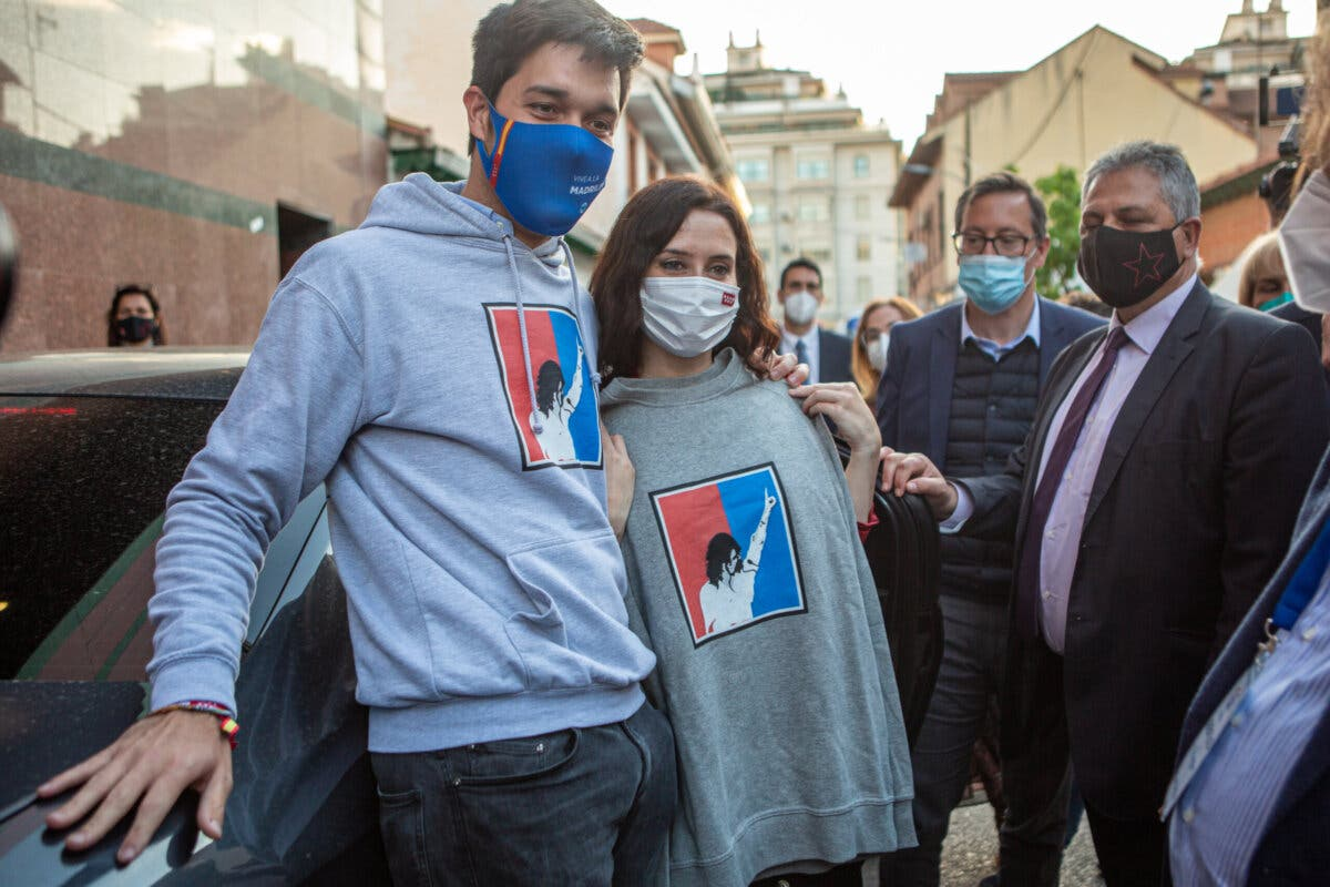 Un sondeo de El País confirma la victoria de Ayuso y el hundimiento del PSOE