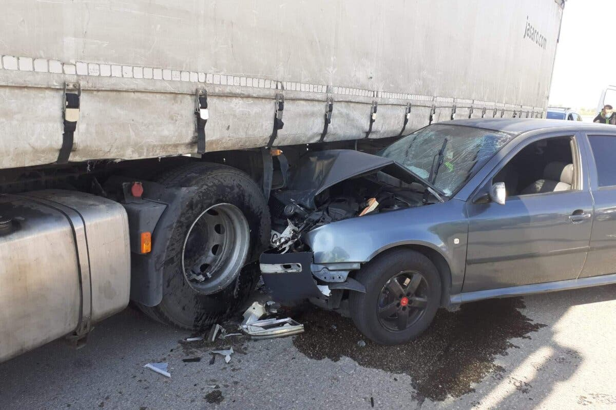 Dos jóvenes heridos en Coslada al empotrar su coche contra un camión