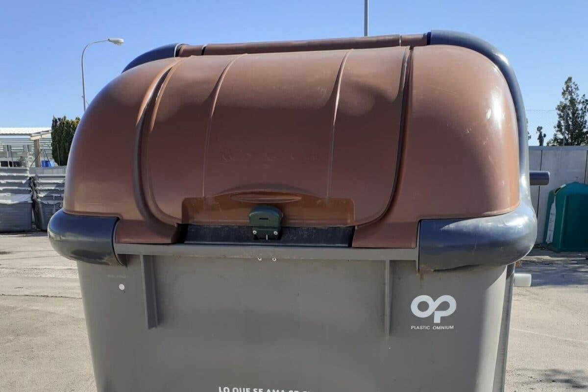Alcalá de Henaresincorpora a las calles unquinto contenedor,de tapa marrón