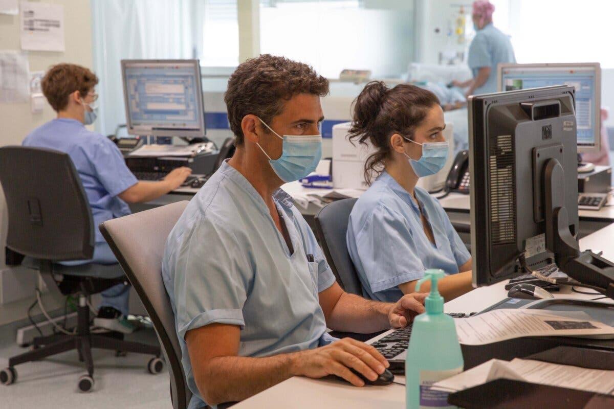 Dermatólogos del Hospital de Torrejón hacen seguimiento de patologías de manera virtual
