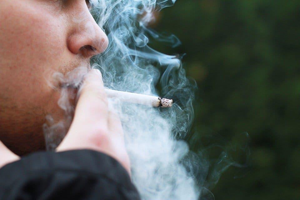 El Gobierno propone prohibir fumar en las terrazas aunque haya dos metros de distancia
