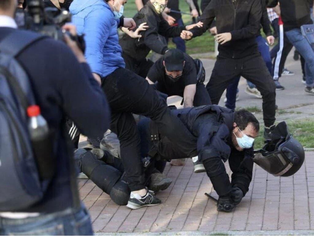 Cargas policiales durante un mitin de Vox en Vallecas boicoteado por la extrema izquierda